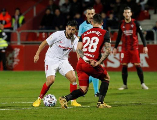 El delantero del Sevilla Nolito juega un balón ante Sánchez, del Mirandés, durante el partido de octavos de final de la Copa del Rey.