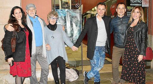 El cineasta con sus padres y hermanos: Sarah Sousa, José Sousa, Linda Moreau, David Sousa, Manu Sousa y Pilar Lopera.