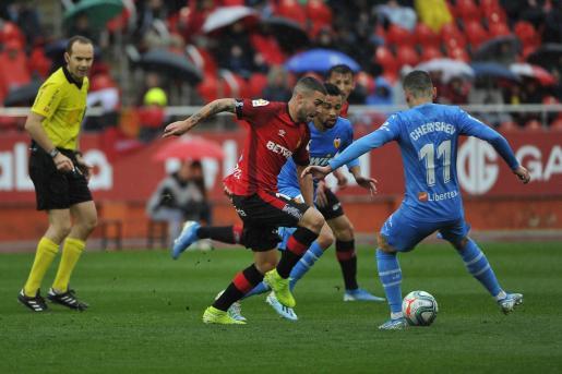 Dani Rodríguez, jugador del Mallorca, avanza entre Coquelin y Cheryshev durante el último partido del conjunto balear en el estadio de Son Moix.