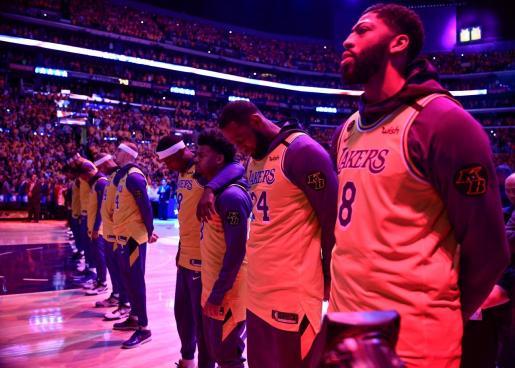 Los jugadores de Los Angeles Lakers durante el homenaje a Kobe Bryant.