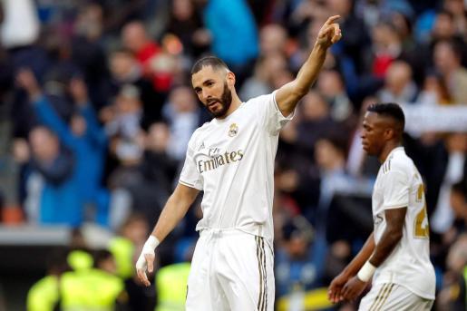 El delantero francés Karim Benzema del Real Madrid, celebra durante el partido ante el Atlético de Madrid correspondiente a la jornada 22 de LaLiga Santander, disputado este sábado en el estadio Santiago Bernabéu.