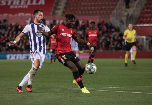 El centrocampista Óscar Plano del Real Valladolid (i) y el defensor ghanés Lumor Agbenyenu (d) del Mallorca, disputan el balón durante el partido disputado este sábado en el estadio Son Moix.