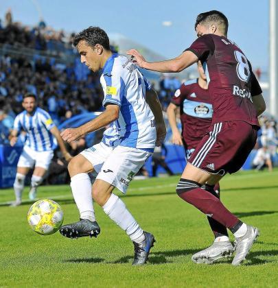 David Haro intenta controlar el balón ante la presión de un adversario e un reciente encuentro.