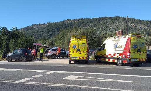 Equipos de emergencia atendiendo a la paciente en la carretera.