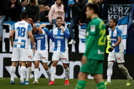 Los jugadores del Leganés celebran el gol de la victoria del delantero Óscar Rodríguez en el tiempo de descuento ante la Real Sociedad, durante el partido disputado este domingo en el estadio de Butarque, en Leganés.