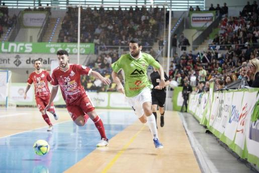 Tomaz conduce el esférico durante el partido ante ElPozo Murcia.