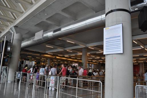 En 2012 entró de nuevo en vigor la obligación de presentar de forma física el certificado de residente a la entrada del avión para poder volar. La medida pretendía combatir un supuesto fraude de los ciudadanos. Siete años después, ya no queda nada de aquella obligación, pero el Gobierno entregó los datos de renta «anonimizados» de los beneficiarios del descuento.