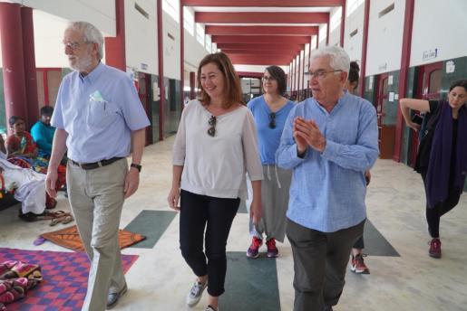La presidenta del Govern, Francia Armengo, ha visitado un hospital durante su viaje a la India.
