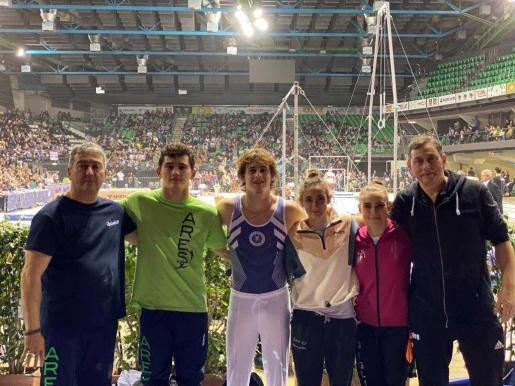 Los gimnastas y técnicos del Xelska posan tras finalizar la jornada inaugual de la Serie A italiana.
