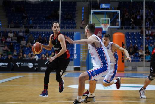 Álex Hernández intenta superar la defensa de dos jugadores del Alicante.