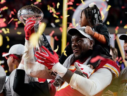 Los vencedores, exultantes con el trofeo que les acredita como triunfadores en la Super Bowl LIV disputada en Miami.