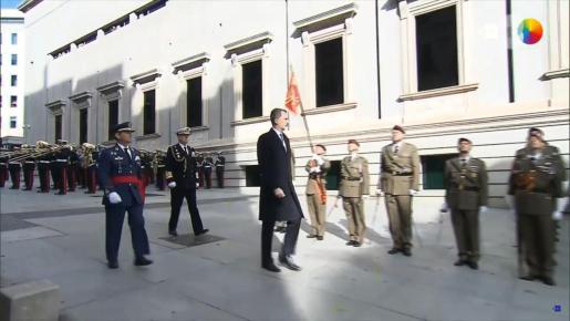 El Rey pasa revista antes de entrar al Congreso