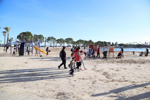 El buen tiempo ha animado a muchos ciudadanos a pasear por la playa.