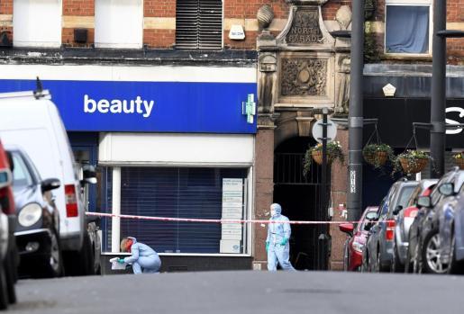 La policía trabaja en Londres en el lugar del atentado.