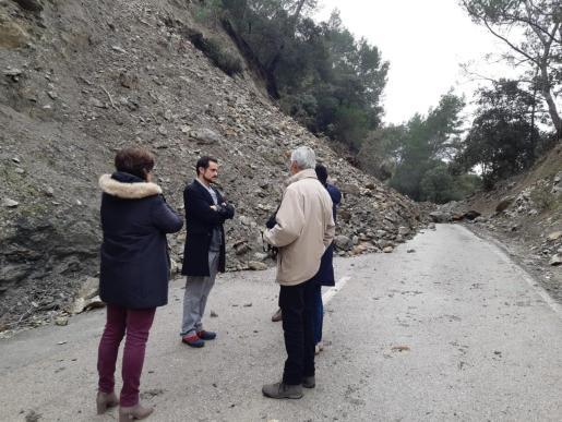 El conseller Iván Sevillano durante su visita al desprendimiento de piedras y tierra en la carretera de Alaró a Orient.