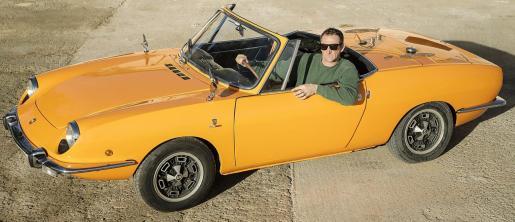 Sebastià Pou sentado en el SEAT 850 Sport, un coche con mucho encanto.
