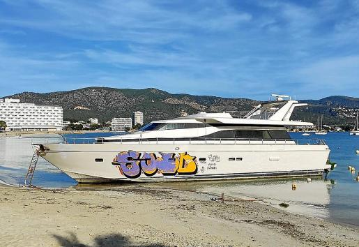 El barco se encuentra en la misma orilla de la playa desde abril de 2019.
