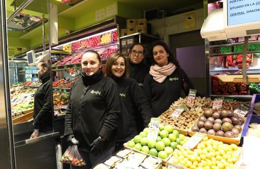 Sobre esta línea, a la izquierda, Vero, Lucía, Sorley y Cristina, de la Frutería Montiel; a la derecha, arriba, dos señoras comprando fruta; y abajo, una caja de tamarindos.