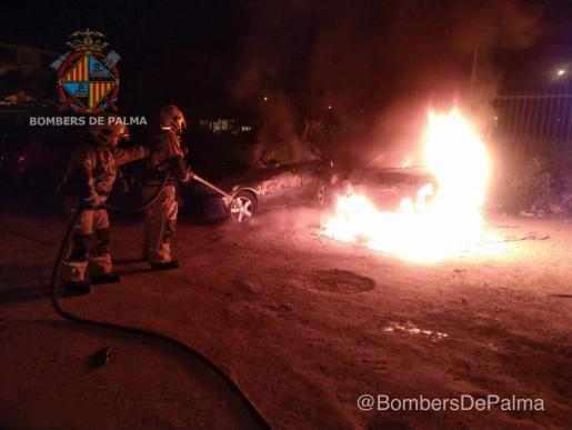 Los bomberos extinguen el fuego en la calle Mare de Déu de la Victòria de Palma.
