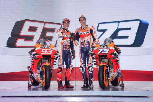 Marc y Álex Márquez posan con las motos oficiales del Repsol Honda 2020.