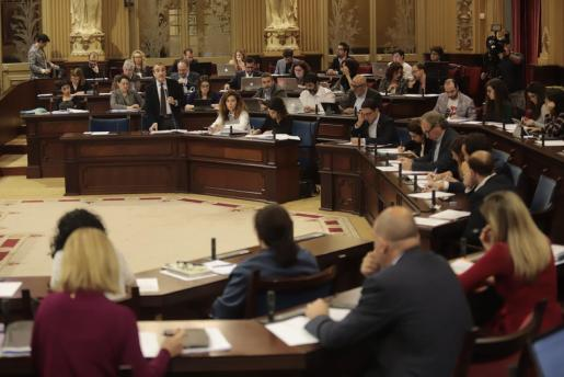 El pleno del Parlament ha aprobado, con la negativo de Vox, la normativa contra el turismo de excesos.
