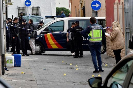 Agentes de la Policía Nacional acordonan la calle donde una persona ha fallecido en un tiroteo y otras dos han sido detenidas por su presunta participación.