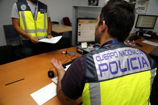 Agentes de la Policía Nacional instruyendo el atestado.
