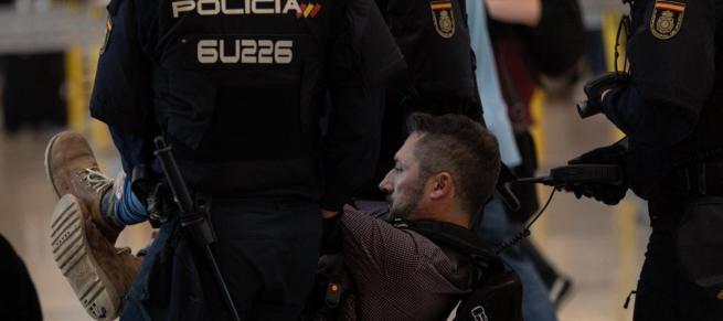 Duras cargas policiales y colapso en el aeropuerto de Barcelona