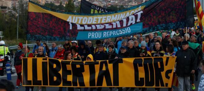 Miles de catalanes marchan hacia Barcelona para la huelga general