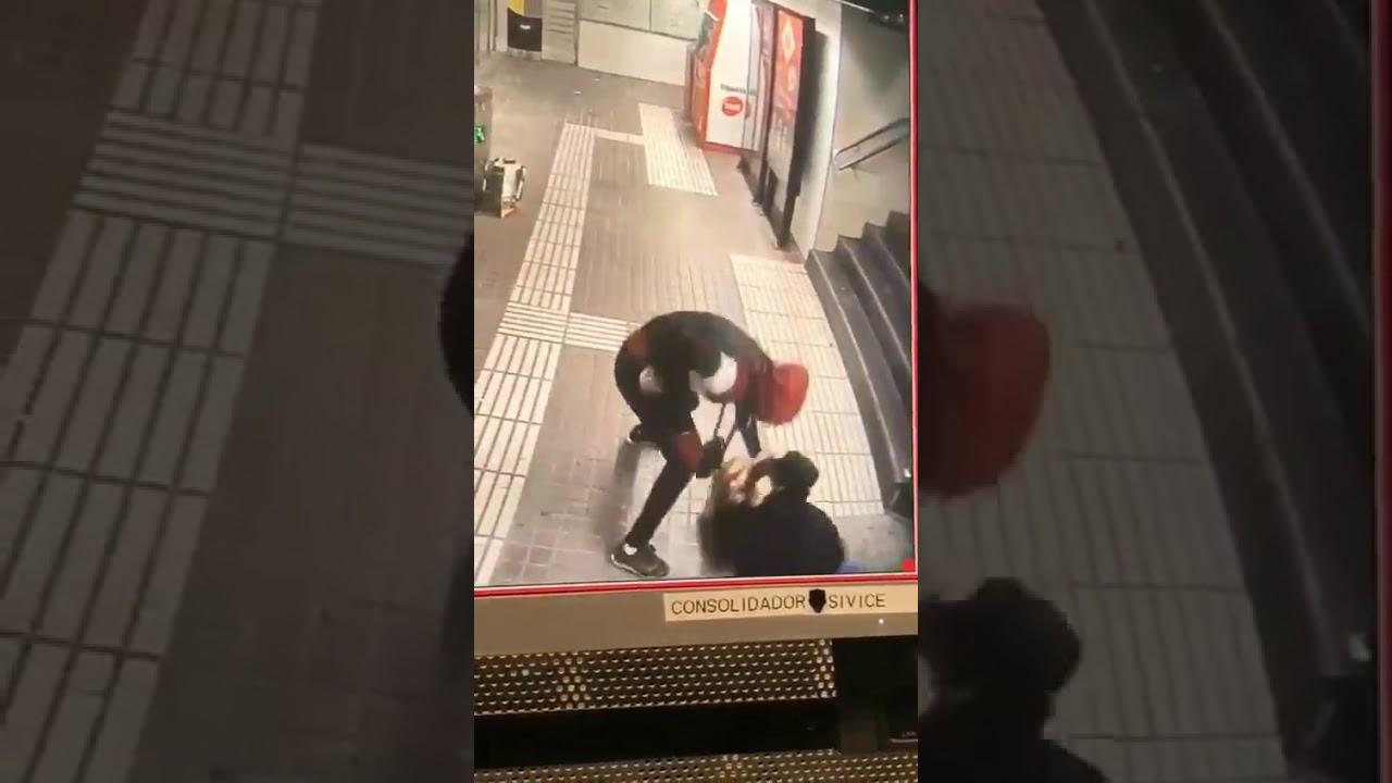 Espeluznante agresión a una mujer en el metro de Barcelona para robarle el bolso