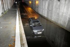 Rescatada una familia atrapada con su coche en un túnel inundado de Marratxí