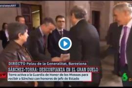La reverencia de Iván Redondo a Quim Torra antes de la reunión con Sánchez