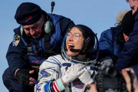 Regresa a la tierra la mujer que más tiempo ha permanecido en el espacio
