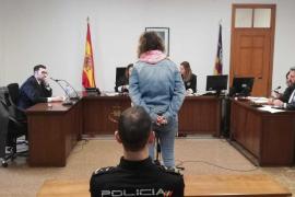Condenada a año y medio de prisión la mujer que quemó cuatro contenedores en Palma
