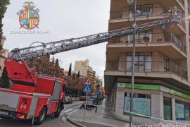 La caída de cascotes pone en riesgo a los viandantes en una calle de Palma