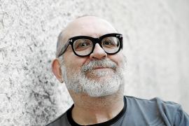 Sandrone Dazieri: «No soy violento, soy vegetariano, pero si no escribiese estaría muerto»