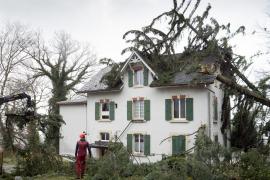 Un muerto, 3 heridos y decenas de vuelos cancelados en Suiza por el temporal