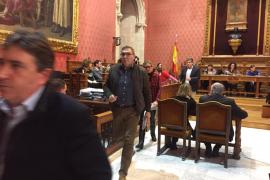PP y Vox abandonan el pleno del Consell y denuncian el «rodillo» de Cladera