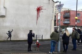 Banksy reaparece por San Valentín con una 'explosión de rosas'