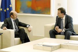 Rajoy y Rubalcaba pactan unir su voz en la UE y revisar el papel de las Administraciones