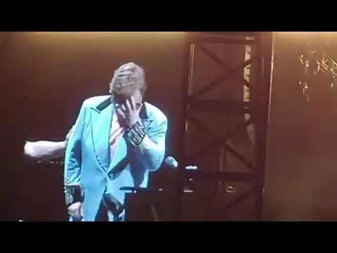 Elton John se marcha entre lágrimas de un concierto al perder la voz