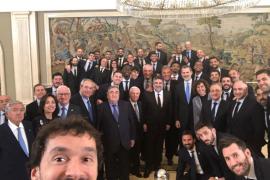 El tradicional selfi de Sergio Llull en la visita al Rey