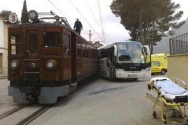 Un escolar herido al chocar un  autobús con el tren de Sóller