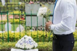 A juicio por profanar la tumba de su amigo para descubrir si estaba muerto