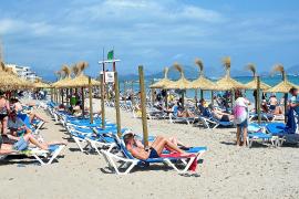 SUMA critica el exceso de hamacas y sombrillas en la playa de Can Picafort