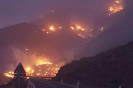 Un incendio obliga a confinar a los habitantes de Tasarte, en Gran Canaria