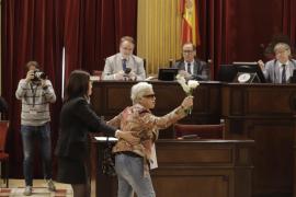 Una mujer interrumpe el pleno del Parlament con su protesta