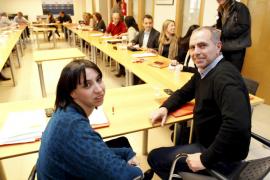 La nueva secretaria de la FSM Silvia Cano y Miquel Ramon, junto al resto de la Ejecutiva del PSOE -