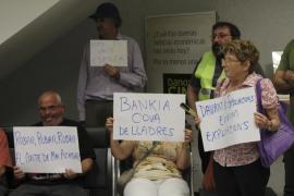 Los 'yayoflautas' entran en una sucursal de Bankia