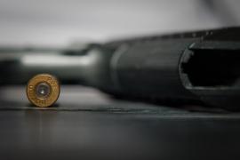 Un niño recibe un disparo accidental de su niñera mientras esta se hacía un selfi con un arma